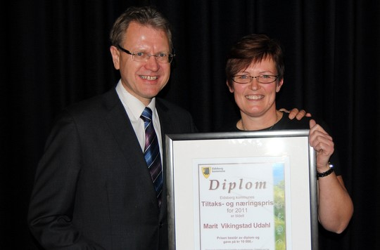 Ordfører Erik Unaas overrekker prisen til en overrasket Marit Vikingstad Udahl. (Foto: Adrian Sellstrøm)